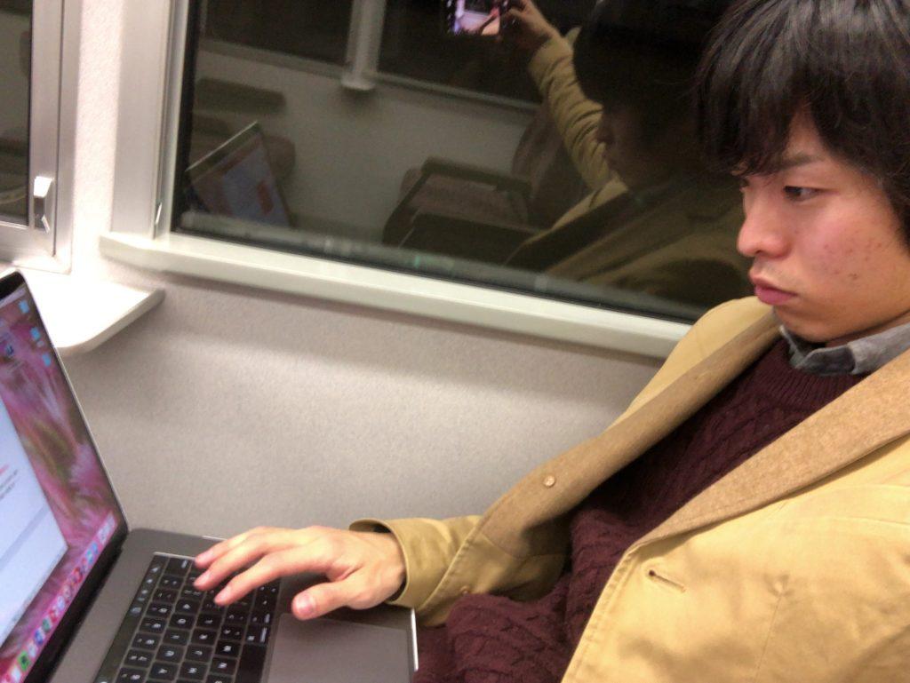 ▲電車の中でノマドワークしながら自撮りするボク