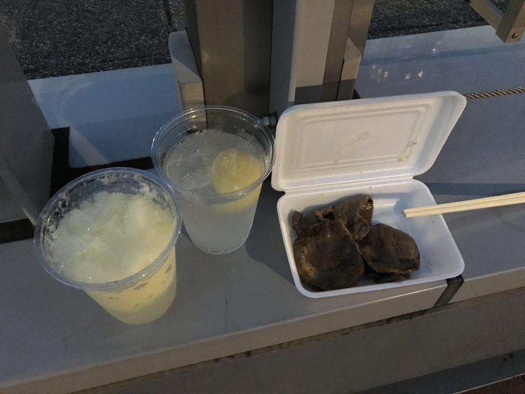 裸レモンサワー(400円)、フローズンレモンサワー(400円)、牛タンの塩焼き(900円)