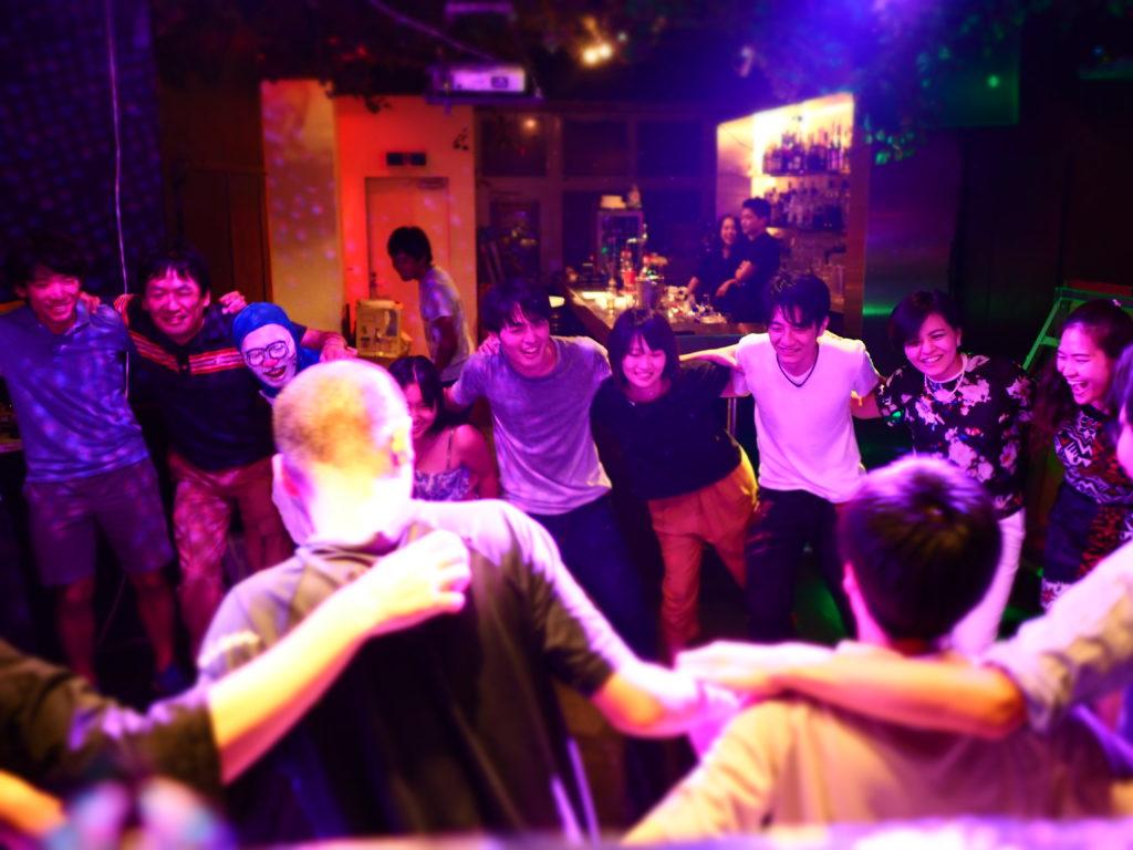 ▲肩を組んでみんなでハム太郎を踊った図