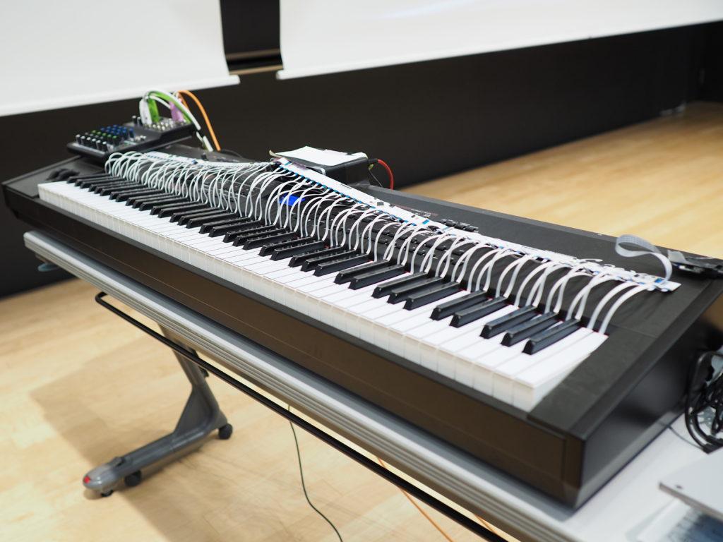 ▲鍵盤一つひとつに圧力を感知するパネルがついており、指が鍵盤に触れた瞬間を感知する。地味ながら非常に大掛かりな設計である