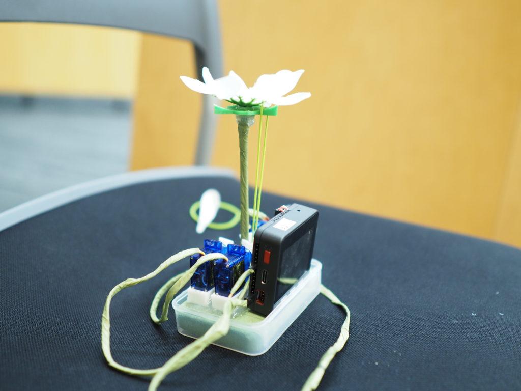 ▲「何の変哲もないただのM5Stackのついたお花」として紹介された、変哲しかないメカニックフラワー(造花)