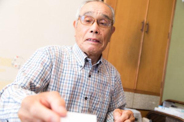 ▲この記事とは特になんの関係もない、お年玉を手渡すおじいさんの写真
