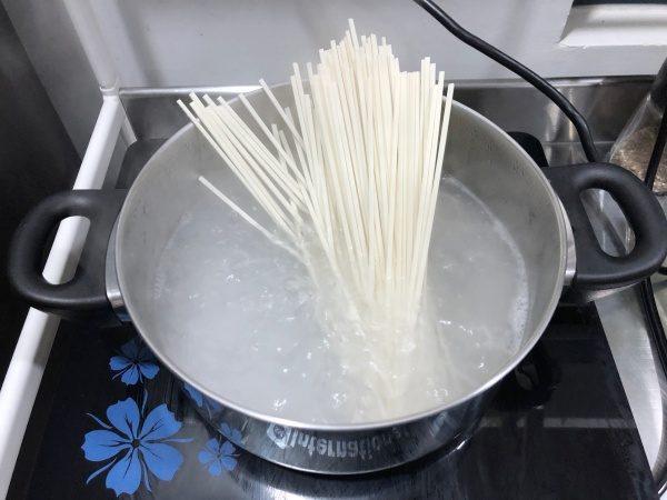 麺を茹でる