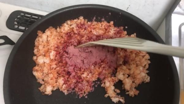 食紅の入れられたチキンライス