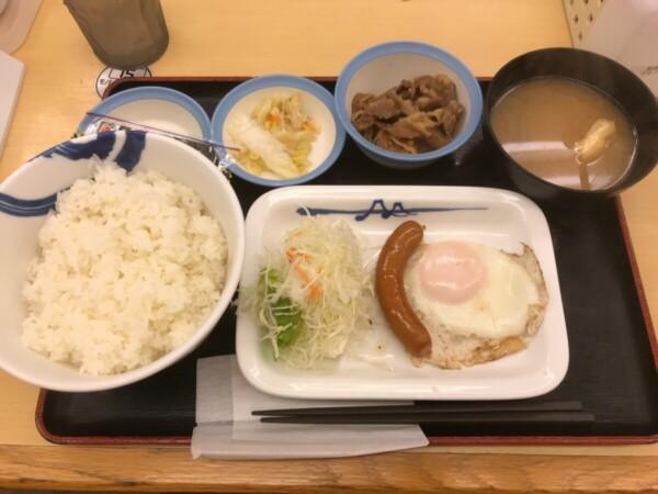 松屋のソーセージエッグ定食